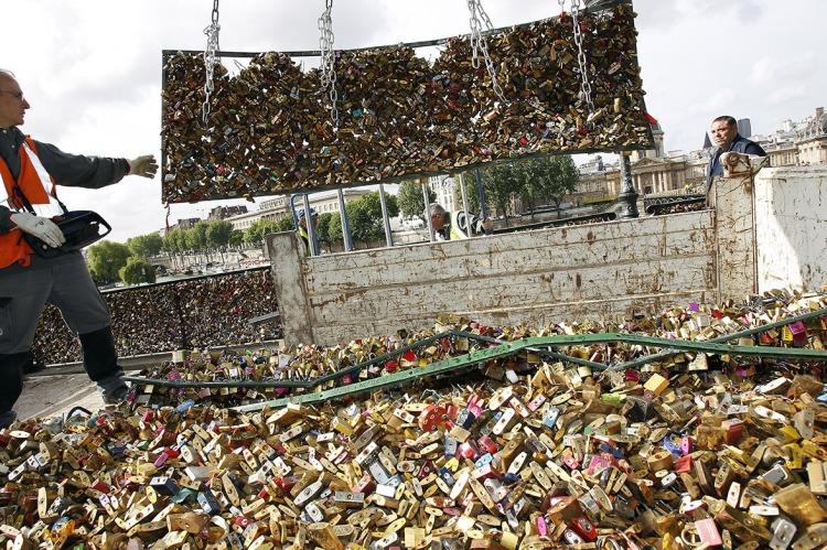 WALANG-FOREVER-Love-Locks-in-Paris-to-be-Taken-Down